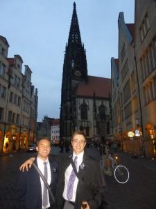 Daniel und einer seiner Mitarbeiter während ihrer Mission, auf einer Straße in Münster.