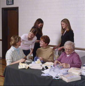 Die Rolle der Frau in der Kirche ist eine immens wichtige: Die Frauen der Frauenhilfsvereinigung (FHV) zum Beispiel sind immer sehr angagiert, wenn es um die Hilfe anderer geht. Sie arbeiten an vielen Dienstprojekten und schauen immer, wo ihre Hilfe benötigt wird. Hier sieht man eine Gruppe von Frauen, die an einem dieser Dienstprojekte arbeitet.