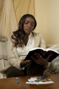 Eine Frau sucht unter anderem im Buch Mormon nach Informationen über Mormonen.