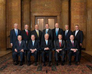 """Zu sehen ist das offizielle Kollegium der 12 Apostel. Sie stehen gemeinsam hinter """"Die Familie - Eine Proklamation an die Welt""""."""