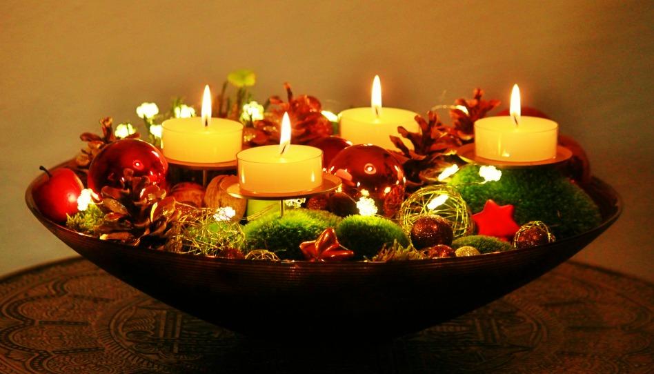 Eine altdeutsche Tradition, der Adventskranz, kann uns etwas Ruhe im Weihnachtsstress verschaffen.