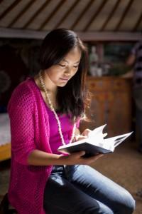 Eine junge Frau liest in den heiligen Schriften, um ihr geistiges Wachstum zu fördern.