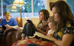 """Eine Familie liest gemeinsam im Buch Mormon. Dasist eine wundervolle Möglichkeit, """"geistigen Frühjahrsputz"""" zu betreiben."""