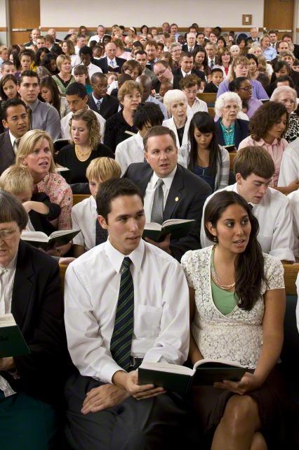 In einer Gemeinde singen die Mitglieder zusammen ein Kirchenlied.