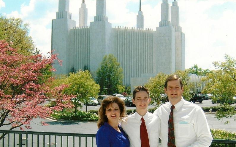 Eine glückliche Familie vor einem Tempel der Mormonen.