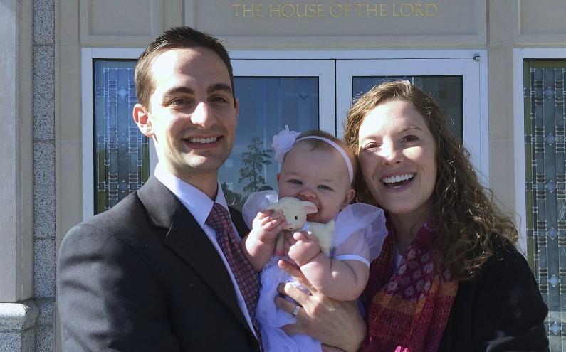 Ein junges Ehepaar mit Baby vor einem Tempel der Mormonen.