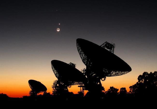 Drei Radioteleskope der NASA.