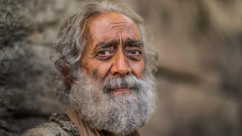 Zu sehen ist ein alter Mann. Durch die Familiengeschichte lernen wir ältere Generationen kennen und schätzen.