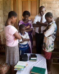 Eine Familie betet gemeinsam