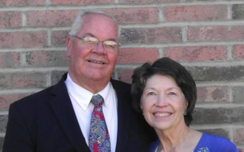 Elder und Sister Bushman haben während ihrer Zeit als Missionare viele Menschen zum Zentrum für Familiengeschichte eingeladen, wo diese Familienforschung betreiben konnten.