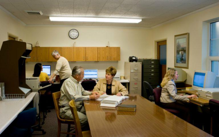 In einem Zentrum für Familiengeschichte wird Familienforschung betrieben.