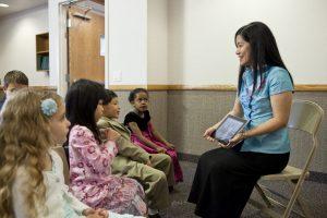 Eine Klasse der Primarvereinigung: Weltweit werden Kinder in der Primarvereinigung (PV) über das Sühnopfer Christi belehrt.
