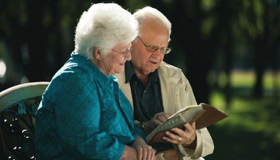 Ein Ehepaar liest zusammen in den Schriften