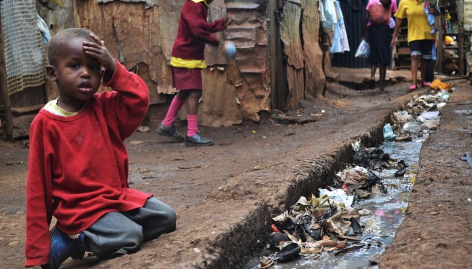 Kriege, Armut, Gewalt und Naturkatastrophen plagen die Welt seit Anbeginn. Hier sitzt ein kleiner Junge an einem Abwasserkanal in Ostafrika.
