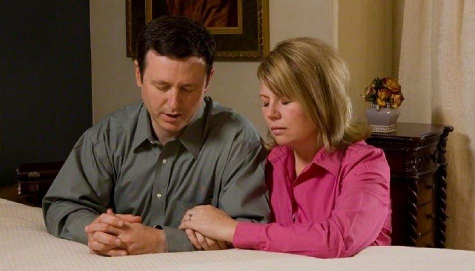 Ein Ehepaar betet zusammen