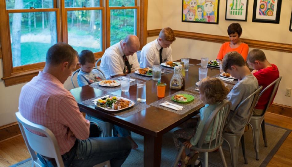 Zusammen als Familie essen