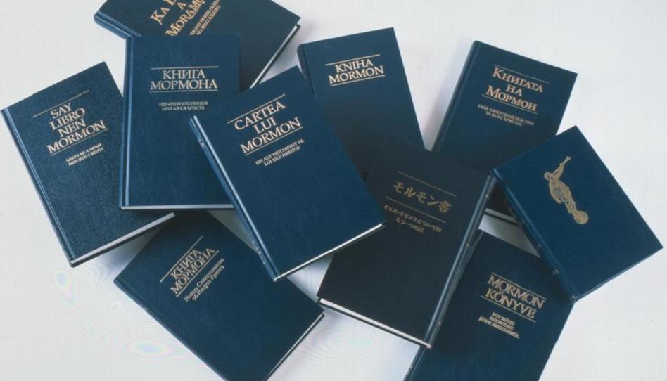 Das Buch Mormon in vielen Sprachen.