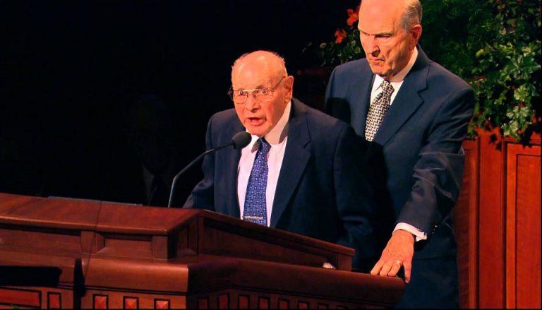 Elder Russell M. Nelson hält Elder Joseph B. Wirthlin