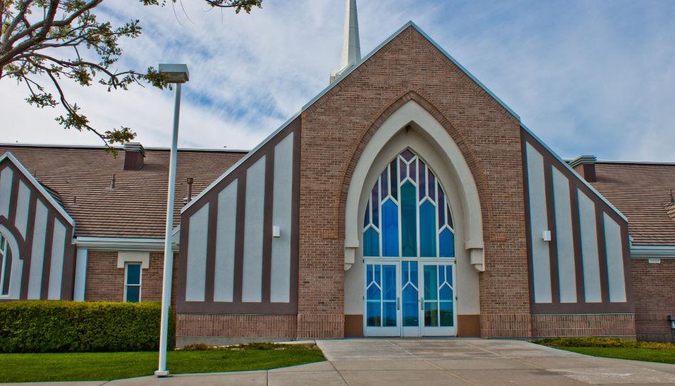 Man sieht die Frontseite eines Gemeindeshauses der Kirche Jesu Christi der Heiligen der Letzten Tage
