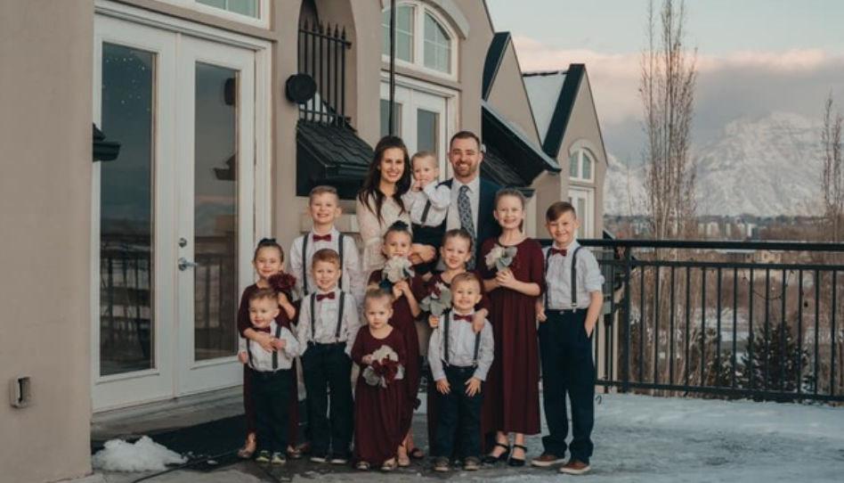 Hier ist die ganze Familie unserer Liebesgeschichte vor ihrem Eigenheim zu sehen.