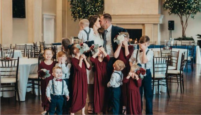 Zu sehen ist ein Hochzeitsfoto einer ungewöhnlichen Liebesgeschichte. mit Happy End.