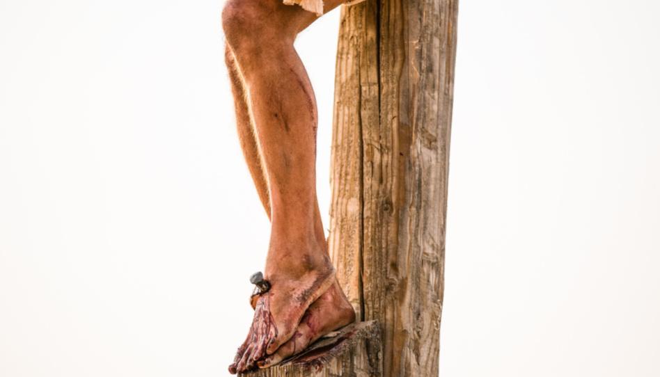 Zu sehen sind die durch einen Nagel durchbohrten Füße des Herrn. Nachdem Christus in Getsemani unvorstellbare Schmerzen erlitt, wurde er nur kurze Zeit später von seinem eigenen Volk verurteilt und an ein Kreuz genagelt, wie ein Verbrecher.