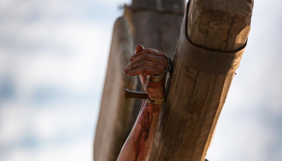 Zu sehen ist eine durch einen Nagel durchbohrte Hand. Doch die wirklich unvorstellbaren Schmerzen, die nur Christus aushalten konnte, waren die, die er im Garten Getsemani auf sich nahm, um das Sühnopfer zu vollbringen.