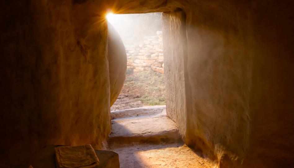 Zu sehen ist das Innere des Grabes, in welchem Jesus Christus toter Körper lag. Der Stein ist beiseite gerollt und die Sonne scheint hinein.