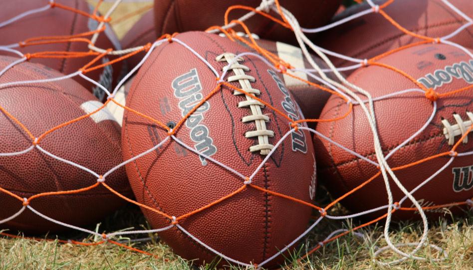 Zu sehen sind mehrere Footballs. Steve Young war Profispieler in der NFL.