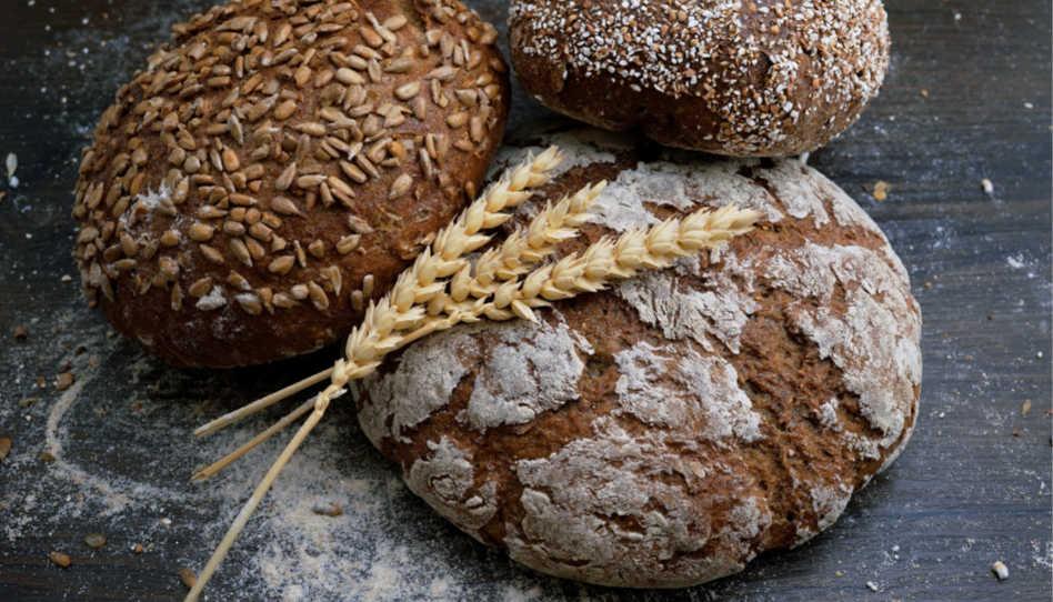 Zu sehen sind drei verschiedene Weizenbrote. Ein Rezept für ein gutes Weizenbrot ist Vorschlag Nummer 3 für die Osterzeit.