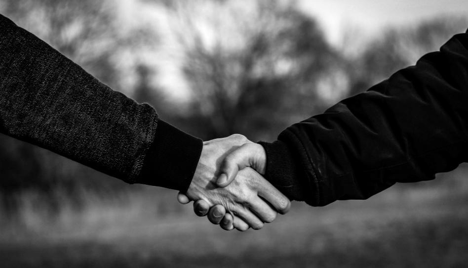 Zu sehen ist ein Händeschütteln. Nicht immer werden wir uns mit allen Menschen einig sein. Im Gegenteil, oft sind wir ganz unterschiedlicher Meinung. Und dennoch können wir uns einander in christlicher Liebe begegnen, ohne dabei unseren Standpunkt aufzugeben.