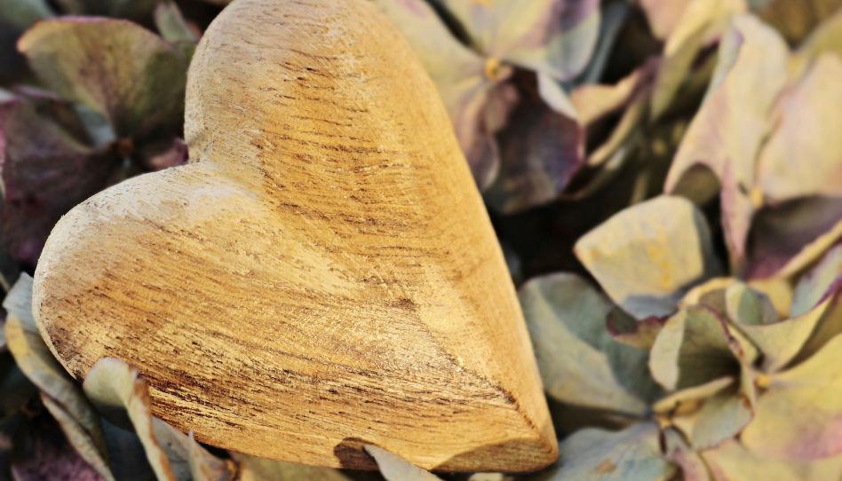 Zu sehen ist ein Deko-Herz aus Holz.