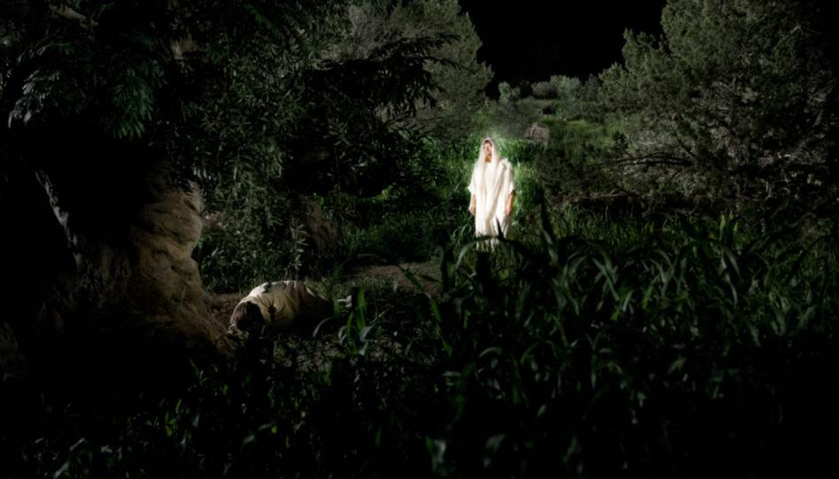Dem auf dem boden betenden Jesus erscheint ein Engel, um ihm während des Sühnopfers zur Seite zu stehen.