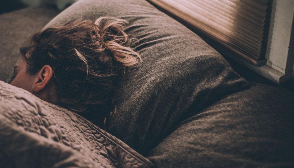 Zu sehen ist der Hinterkopf einer wohl schlafenden Frau. Ein guter Ratschlag für die Vorbereitung auf die Generalkonferenz ist die, dass wir uns im voraus genügend Ruhe gönnen, um fit zu sein.