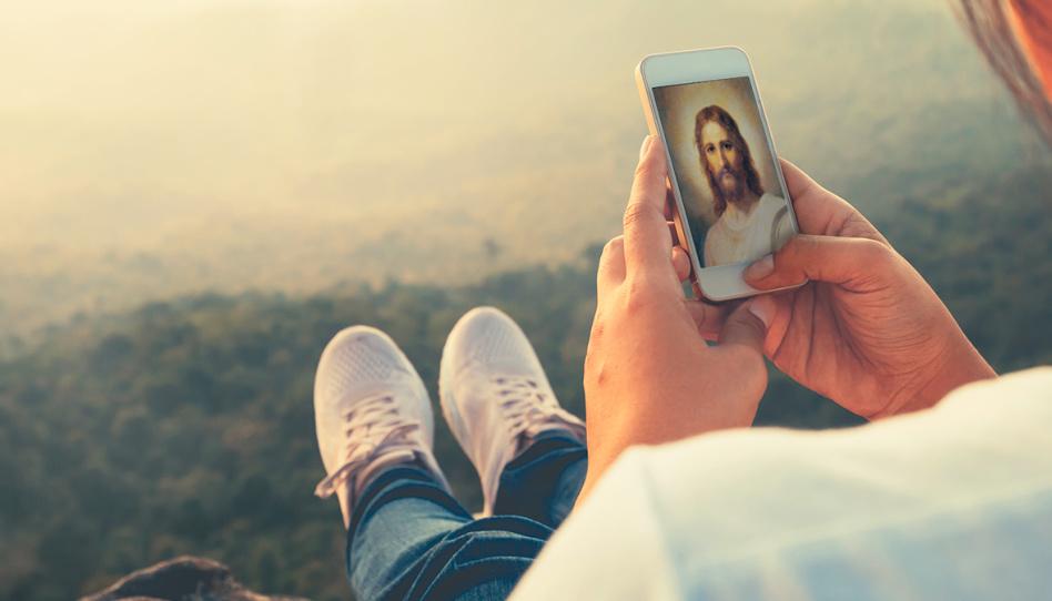 Zu sehen ist ein Smartphone mit einem Bild von Jesus Christus. Die heutige Technik ermöglicht es den Mitgliedern der Kirche Jesu Christi, weltweit den Worten der Propheten und Apostel zu lauschen, die während einer Generalkonferenz sprechen.