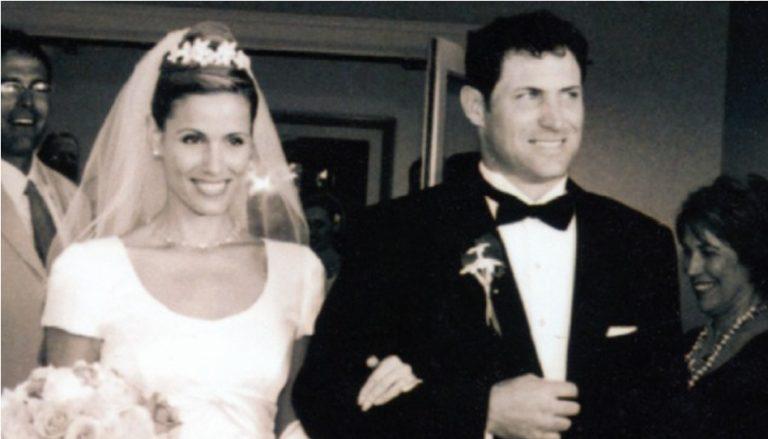 Zu sehen ist ein Hochzeitsfoto von Steve Young und seiner Frau Barbara Graham.