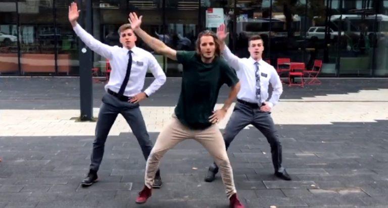 """Zu sehen ist ein Screenshot der """"tanzenden Missionare"""", aus dem Video."""