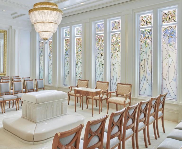 Zu sehen ist Bild 1 der Glasmalereien des Rom-Tempels (Siegelungsraum).