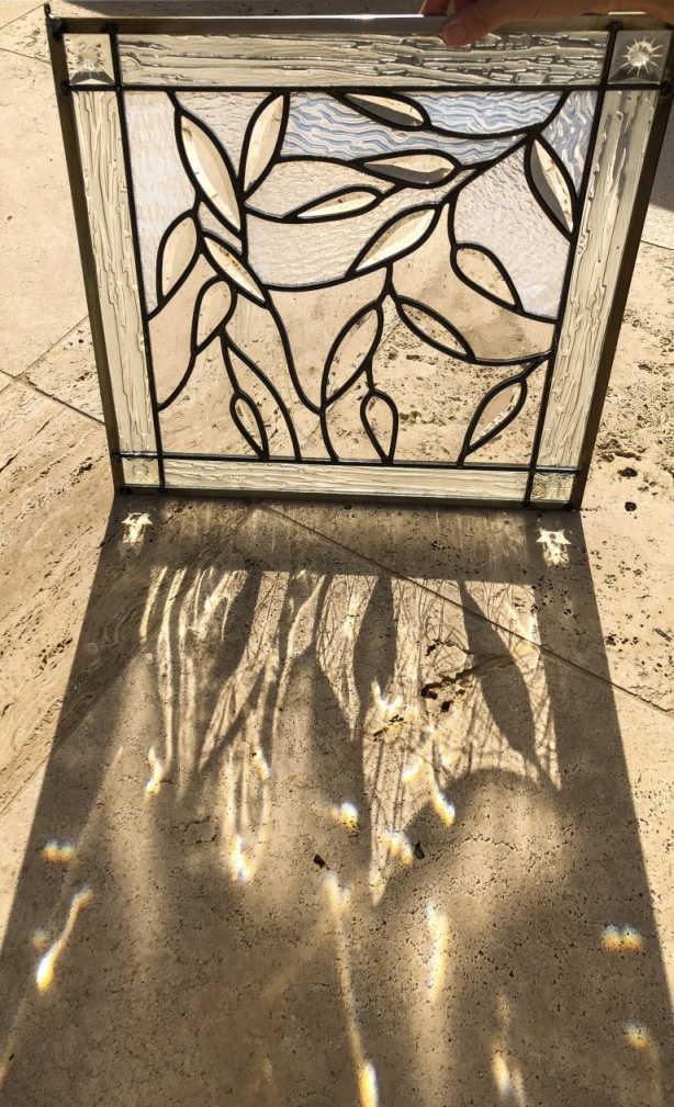 Auf diesem Bild ist die Glasmalerei eines kleinen Fensters, welches noch nicht eingesetzt wurde.