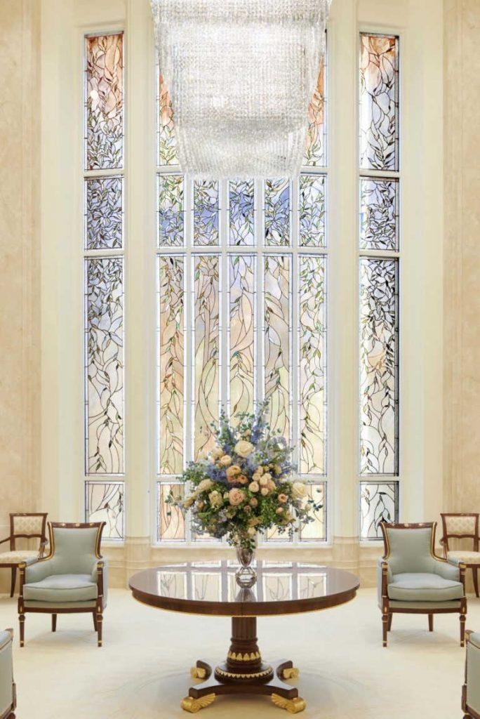 Zu sehen ist Bild Nummer 2 der Glasmalereien, im Inneren des Rom-Tempels, ein wunderschönes Fenster.