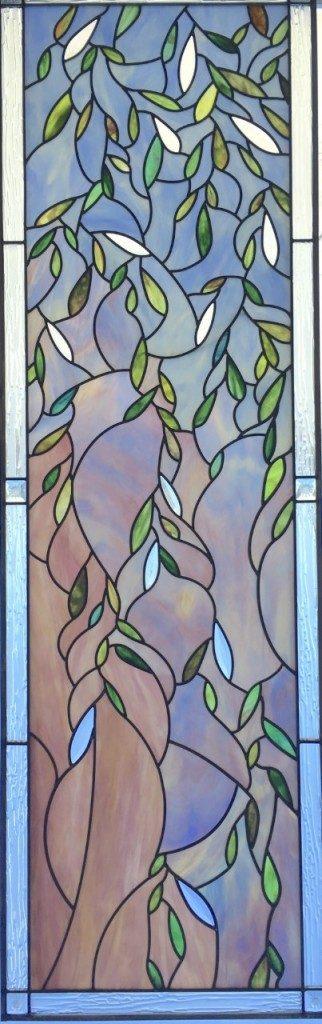 Zu sehen ist Bild Nummer 3 der Glasmalereien des Rom-Tempels. Es handelt sich um den Ausschnitt eines schmalen Fensters.