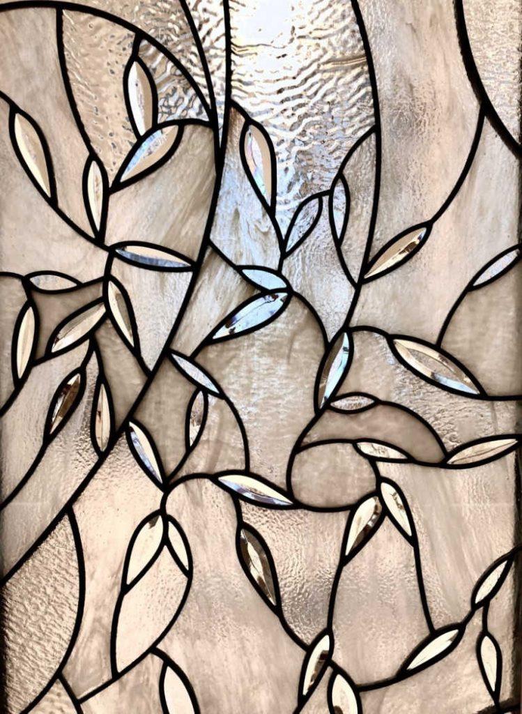 Zu sehen ist Glasmalerei Nummer 4. Schwer zu sagen, ob es sich um eine Tür, ein Fenster oder etwas anderes handelt.