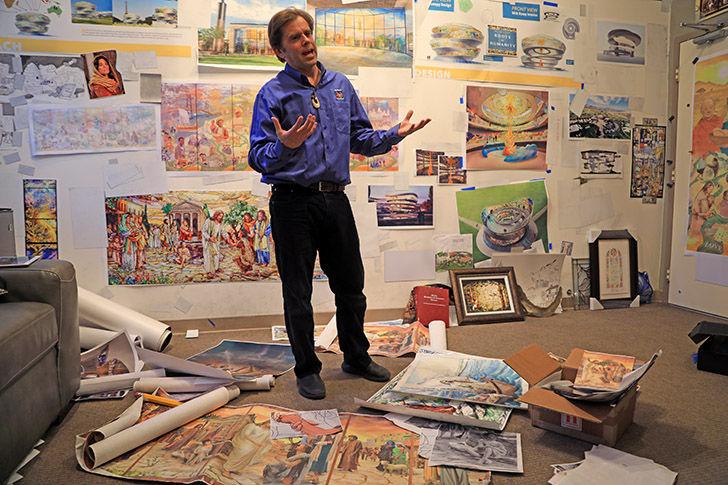 Auf diesem Foto ist Tom Holdman in seinem Atelier zu sehen. Zusammen mit seiner Frau Gayle leitete er das Projekt der Glasmalereien für den Rom-Tempel.