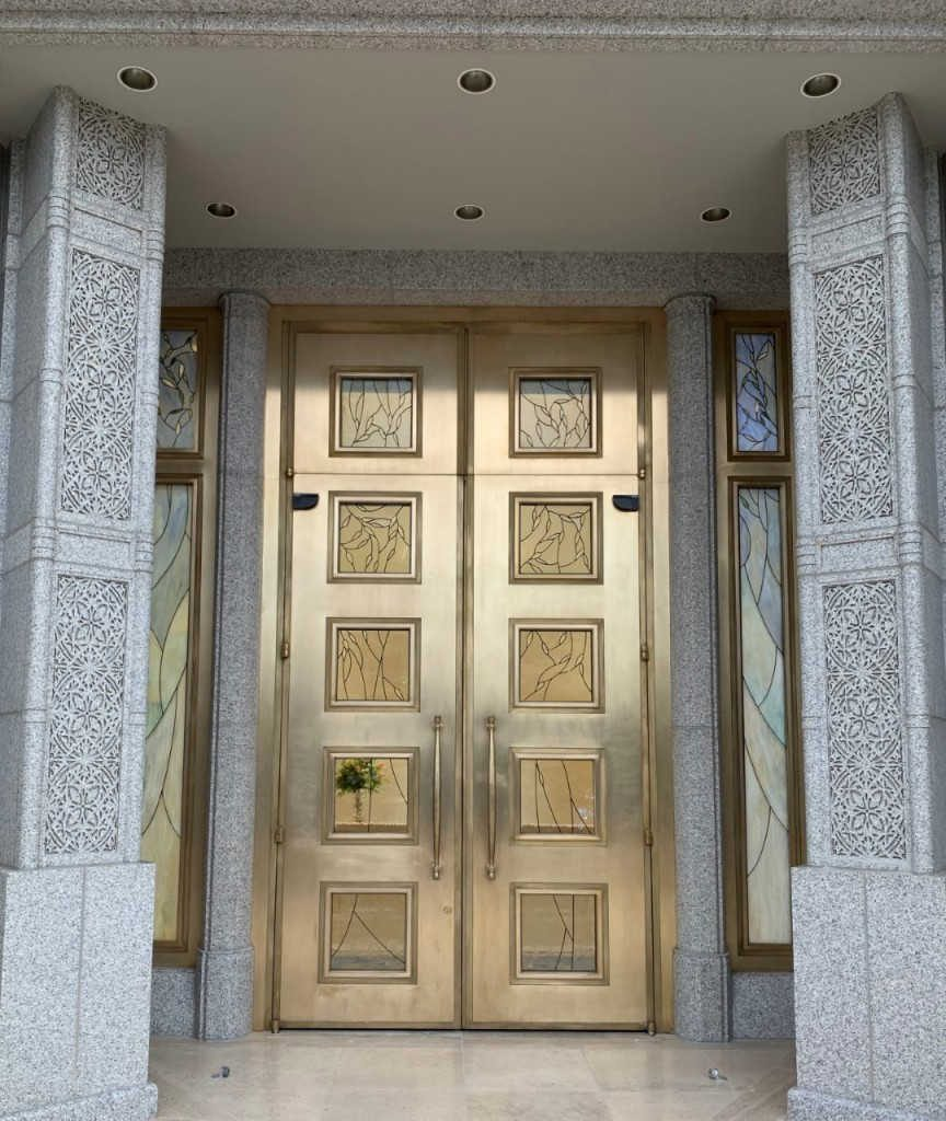 Zu sehen ist die Eingangstür des Rom-Tempels mit ihren Glasmalereien.