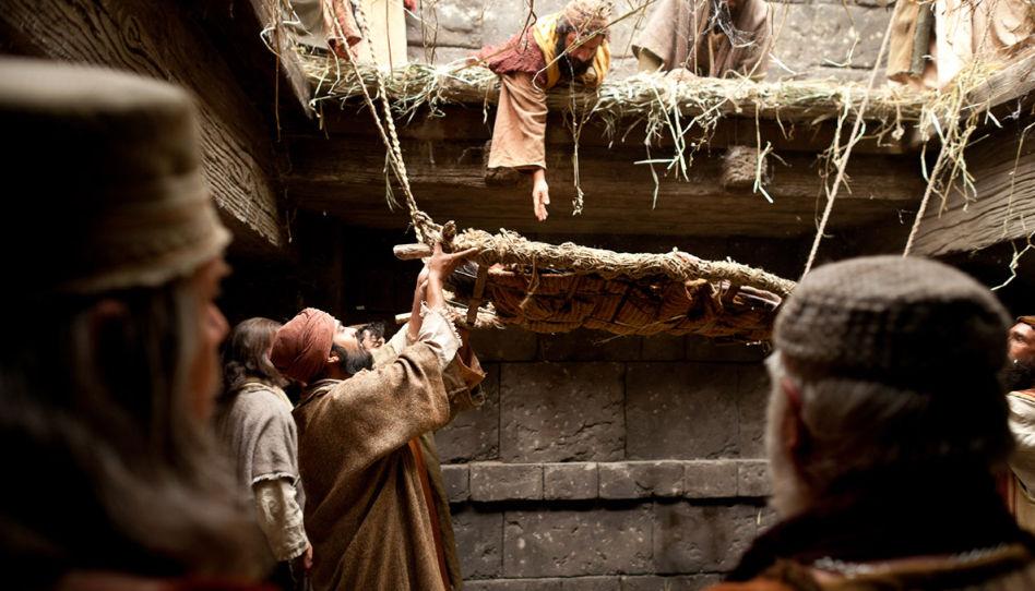 Jesus heilt einen Gelähmten in Kafarnaum. Zu sehen sind die Freunde, die den Kranken durch das Dach in das Haus holen. Niemand hat einen besseren Blick auf psychische Krankheiten als Jesus Christus, unser Erlöser, der das Sühnopfer auf sich nahm.