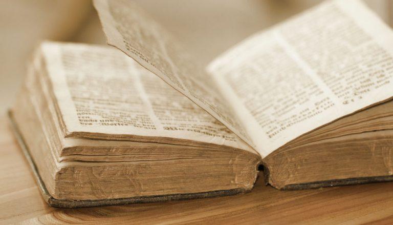Zu sehen ist eine aufgeschlagene Bibel.