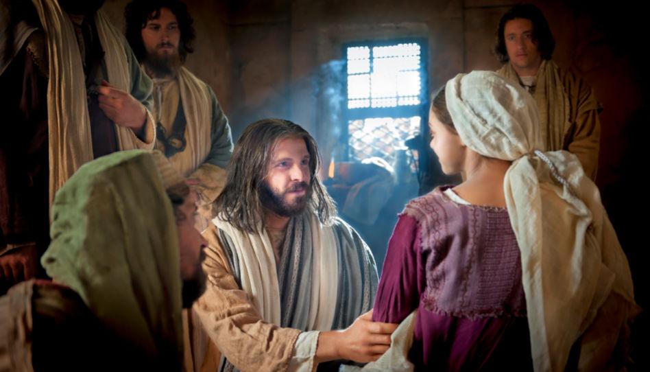 Zu sehen ist Jesus Christus, der die Tochter des Jairus liebevoll anschaut, welche er soeben von den Toten erweckt hat.