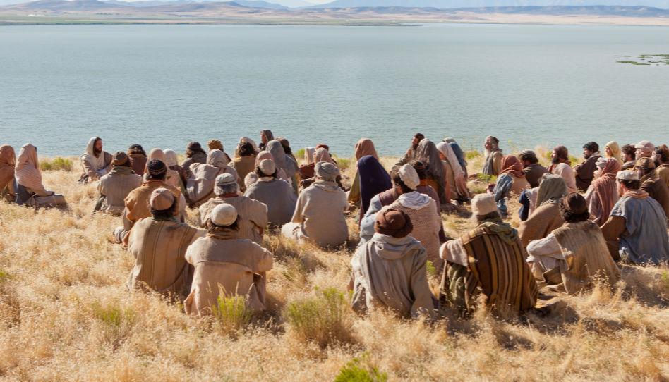 Zu sehen ist Jesus Christus, mit einer Menschenmenge, die ihm und seinen Lehren zuhören.