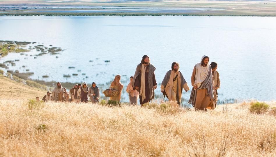 Zu sehen ist Jesus Christus, der einigen seiner Jünger vorausgeht. Viele von ihnen sahen sich derzeit großen Herausforderungen gegenüber.