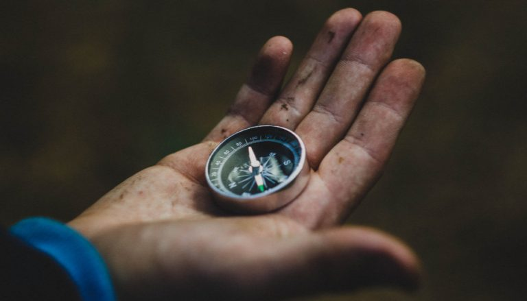 Zu sehen ist eine Hand, auf der ein Kompass liegt. Manchmal befinden wir uns auf einem schwierigen Weg. In solchen Gelegenheiten kann uns unser Glaube ein Kompass sein.